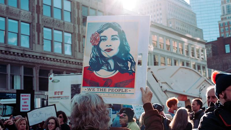 Afbeelding van demonstratie met bord We the people