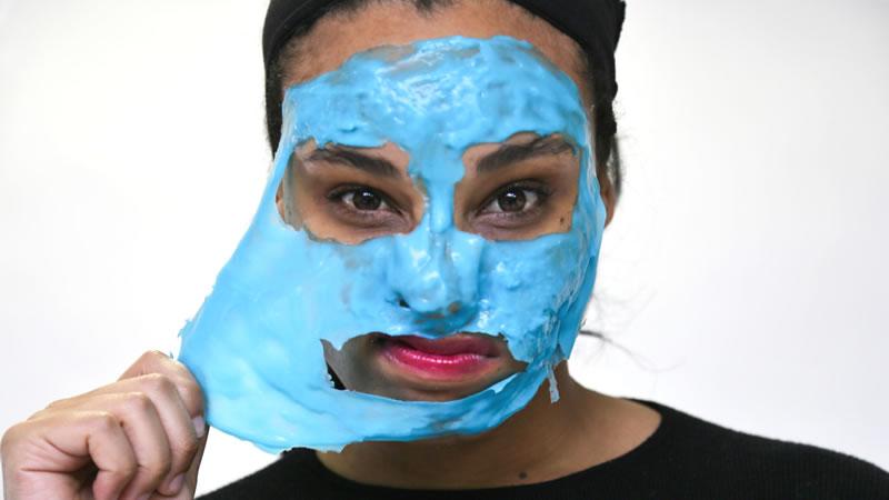 een masker wordt van het gezicht gepeld