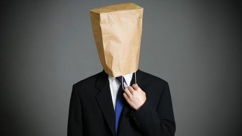 Schamen - man met zak over zijn hoofd